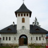 Destinaţii de vacanţă: Mănăstirea Izvoru Mureşului, locul unde se simt acasă românii de pretutindeni