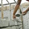 Concedieri în construcţii şi servicii, angajări în comerţ