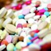 Cantităţi mari de medicamente, unele foarte scumpe, precum şi medicamente expirate, dar decontate din buget, găsite de procurorii DNA la cabinetele unor medici