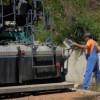 Se toarnă asfalt pe drumul spre Ic Ponor