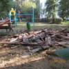 Şi-au reparat acoperişul şi au auncat lemnele deteriorate, pline de cuie, într-un părculeţ de joacă