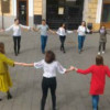 Horă a tinerilor moldoveni în centrul municipiului Cluj-Napoca pentru a aminti de Unirea Basarabiei cu România