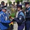 Steaguri tricolore şi bujori pentru veteranii de război din partea elevilor şcolii de agenţi de poliţie