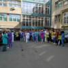 Sute de infirmiere, brancardieri, laboranţi şi tehnicieni au protestat în faţa mai multor spitale din Cluj-Napoca
