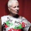 Vivienne Westwood a creat o colecţie de tricouri în sprijinul lui Julian Assange